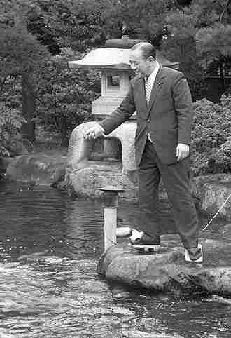 角さん 角さんと鯉 春日一幸は1965年の日韓国会で国対委員長として自民党の田... ブン屋の世